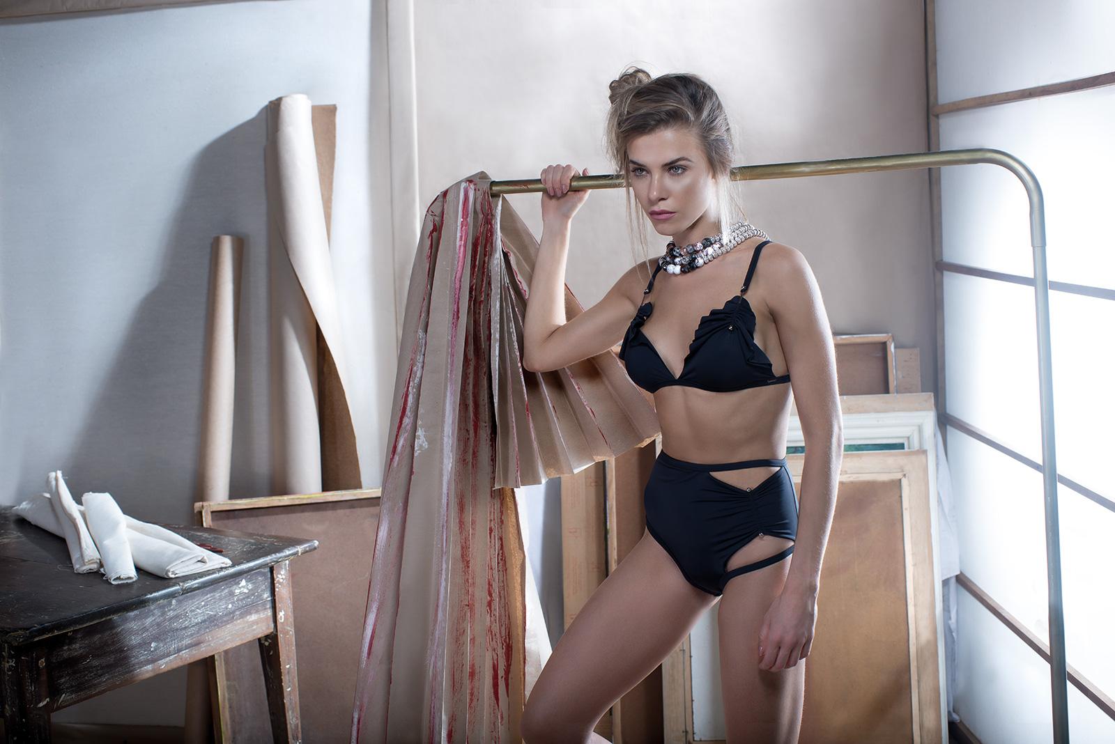 018f97254d0ae5 ... Czarne figi do bikini z wysokim stanem i ozdobnymi metalowymi detalami  - BOTTOM HOT METAL PRETO