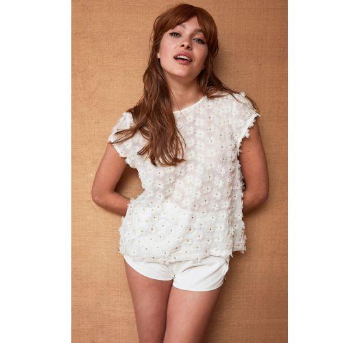 Λευκό T-shirt διακοσμημένο με χρυσαφένια νήματα και τρισδιάστατα λουλούδια - TOP TOOTSY WHITE