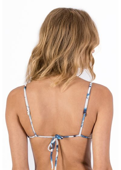 Triangle bikini top in blue tie-dye print and macramé - TOP CORTININHA MACRAMÊ SHIBORI BLUE