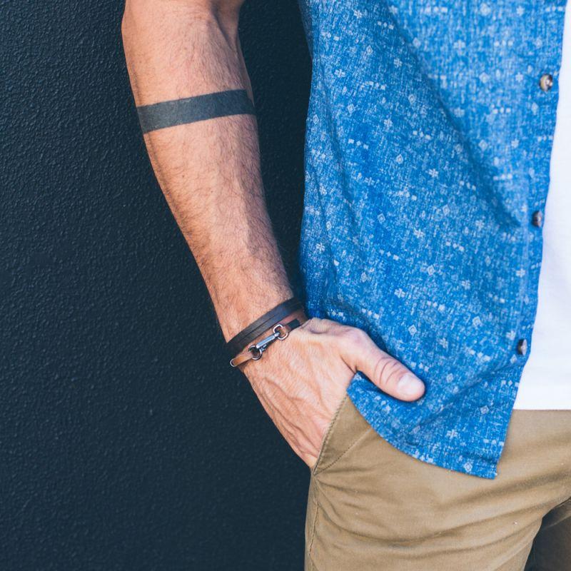 Armband av brunrött syntetlädermed spänne JOHNSON CARAMEL