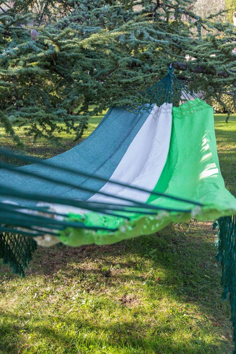 Trefärgad hängmatta av bomull, bård av grön makramé, 4,1 m x 1,6 m - MARAGOGI VERDE