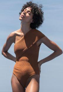 Hel, asymmetrisk baddräkt med karamellfärgat, texturerat tyg - MAIÔ TRICOT TEP CARAMELO
