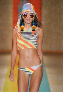 Bikini visto in sfilata, crop top con cappuccio - MALI