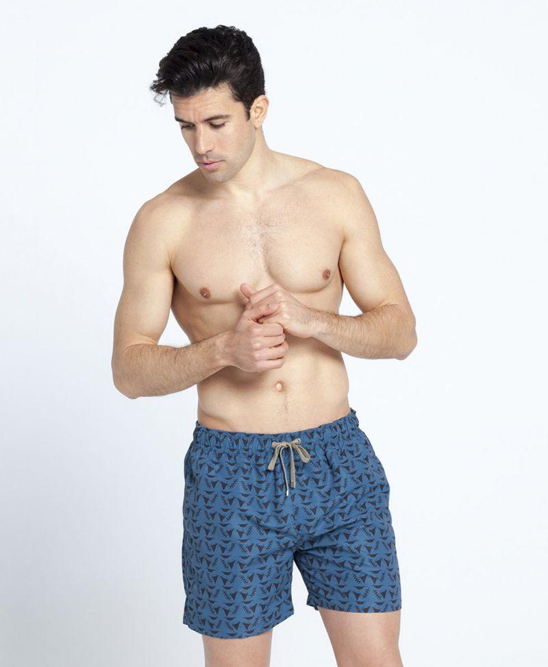 Badshorts för män, svart motiv på mörkblå botten - POKOT