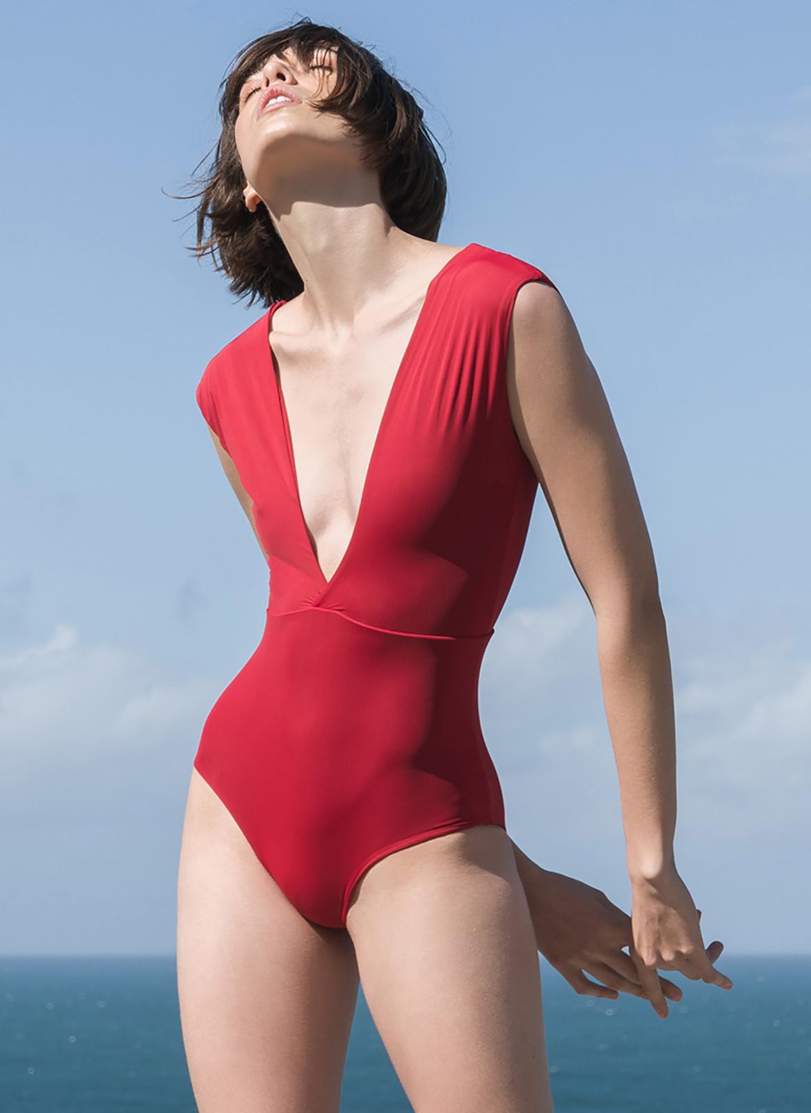 maillot de bain luxe d collet plongeant rouge mai v. Black Bedroom Furniture Sets. Home Design Ideas